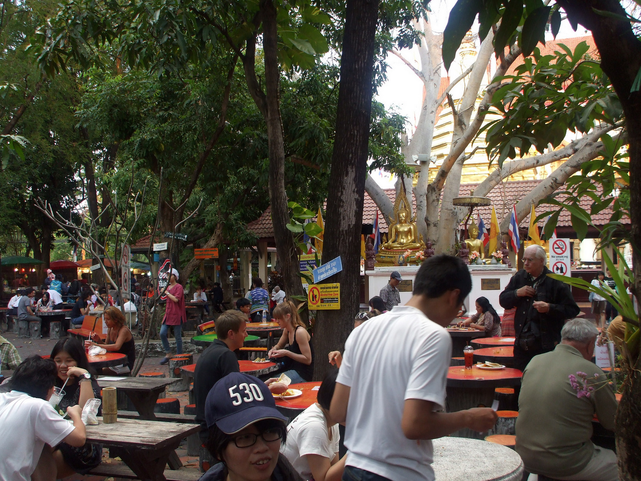 You will find plenty of food vendors in the grounds of Wat Pan On